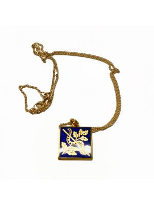 Halsband guldemaljerat med blått hänge i ask